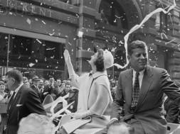 Democratische presidentskandidaat John F. Kennedy en vrouw Jackie tijdens hun ticker-tape parade in 1960. Foto en copyright: Bettmann/CORBIS