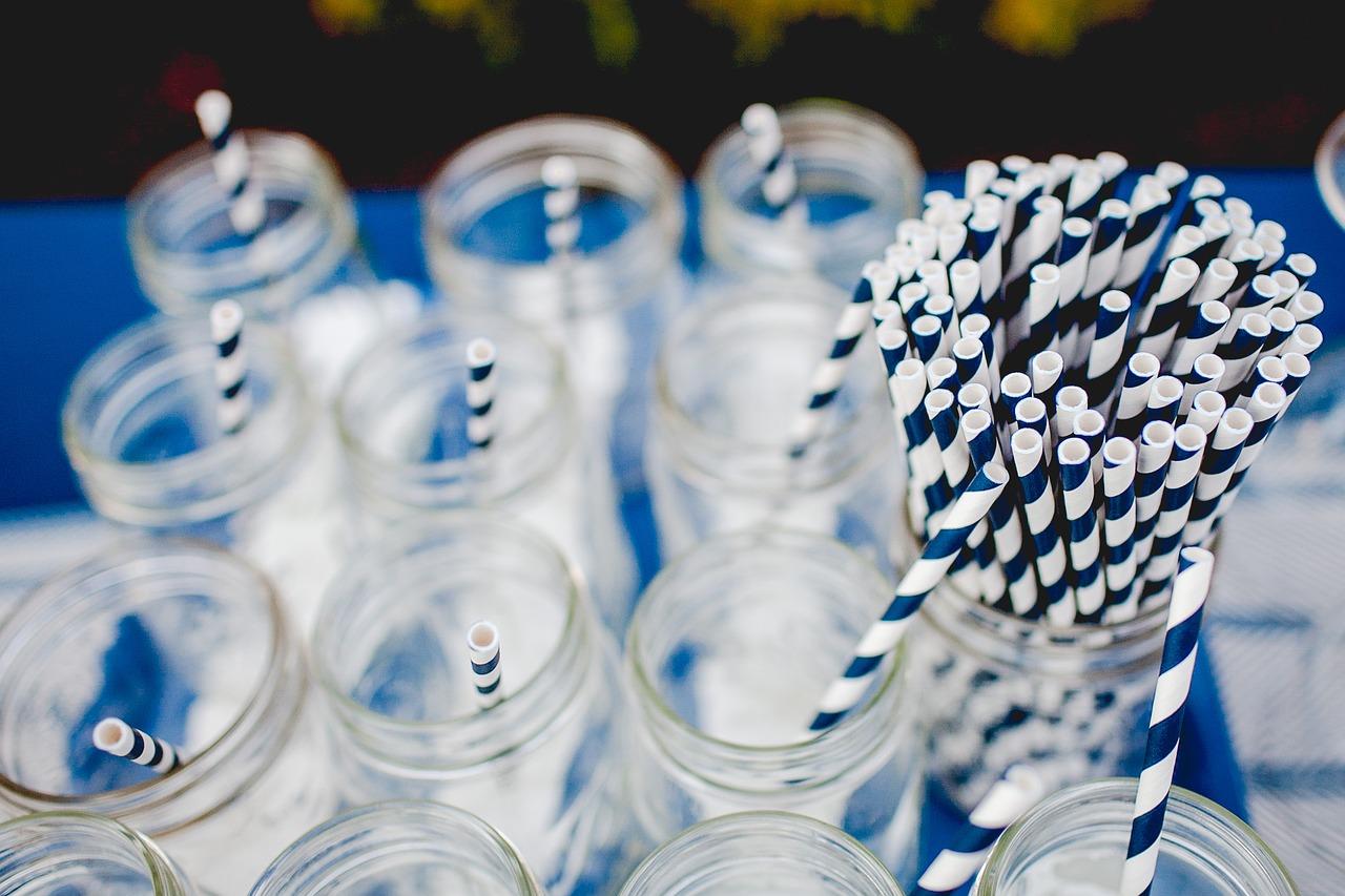 Deze bedrijven en steden zijn overgestapt op papieren rietjes