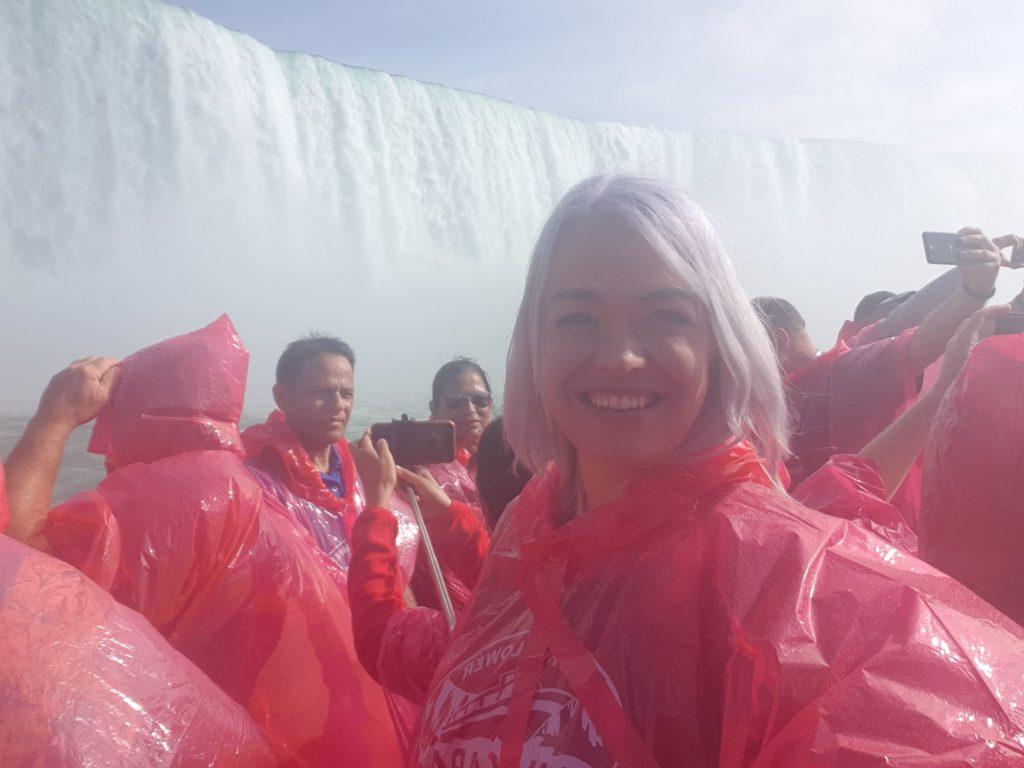 Linda op de Hornblower cruise aan de Canada kant van de Niagara Falls